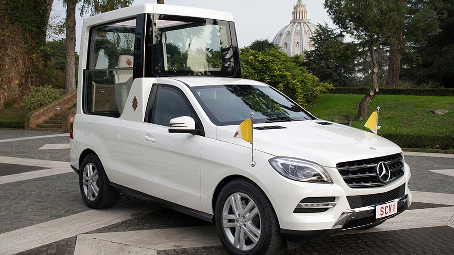 """Mercedes подарила Папе Франциску новый """"Папамобиль"""" и велосипед"""