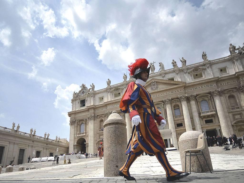 Обзор дел в Ватикане: «Ассизи, Курия, G-8»