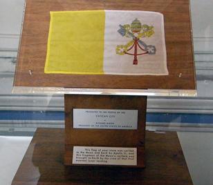 "Флаг Ватикана, побывавший на Луне с экипажем ""Аполлона-11"""