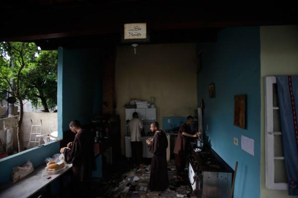Члены францисканского братства готовят завтрак. Фото: Ricardo Moraes/Reuters (BRAZIL)