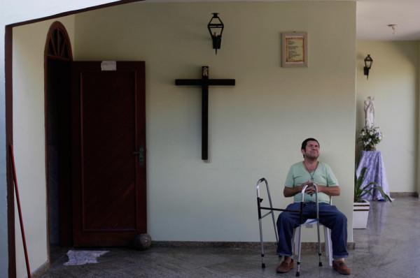 Пауло Фернандес, бездомный, сидит в доме францисканского братства, где он жил в течение двух месяцев. Фото: Ricardo Moraes/Reuters (BRAZIL)