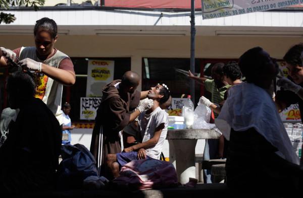 Члены братства подстригают и бреют бездомных в районе Кампо Гранде в окрестностях Рио-де-Жанейро. Фото: Ricardo Moraes/Reuters (BRAZIL)