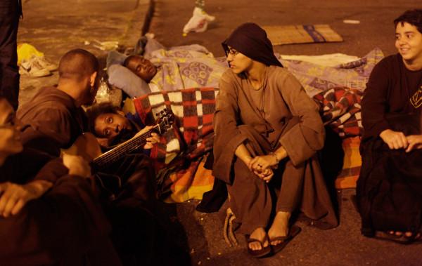 Монахиня из братства разговаривает с бездомными перед сном. Фото: Ricardo Moraes/Reuters (BRAZIL)