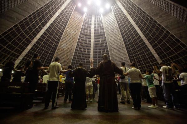 """Члены францисканского братства """"O Caminho"""" (""""Путь"""") на Мессе в кафедральном соборе Рио-де-Жанейро. Фото: Ricardo Moraes/Reuters (BRAZIL)"""