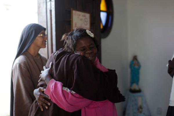 Элейн дос Сантос (справа), бездомная, которая живет вместе с братством, обнимает монахиню после утренней молитвы в Кампо Гранде. Фото: Ricardo Moraes/Reuters (BRAZIL)