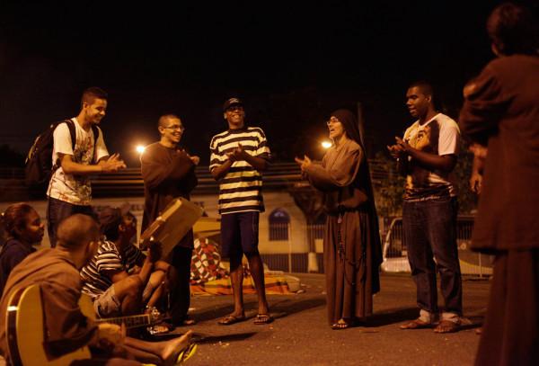 Члены братства поют религиозные песни на улицах Кампо Гранде. Фото: Ricardo Moraes/Reuters (BRAZIL)