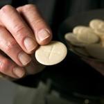 Кто, кроме священников, может раздавать Причастие?