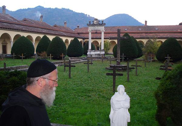 Брат Клаудио и статуя святого Бруно
