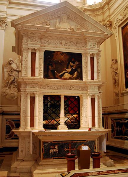Гробница Целестина V в церкви Санта Мария ди Коллемаджо в Л'Аквиле (до землетрясения в 2009 году). wikipedia.org