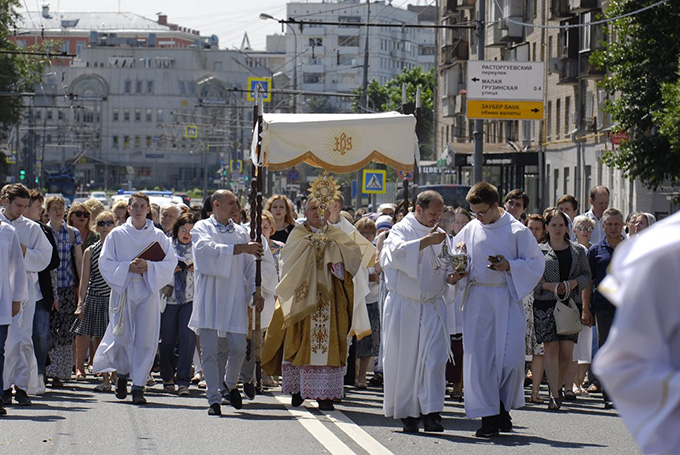 Московские католики совершили процессию в торжество Тела и Крови Христа