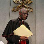 Кардинал Сара: Причастие «на вынос» — это «безумие»