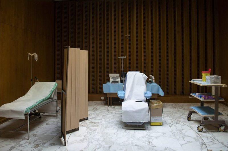 Папа Франциск и Папа на покое Бенедикт XVI получили вакцину от коронавируса
