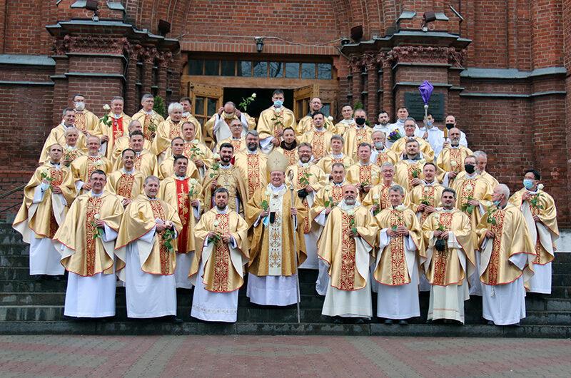 Фото: Месса освящения мира и благословения елеев в Москве