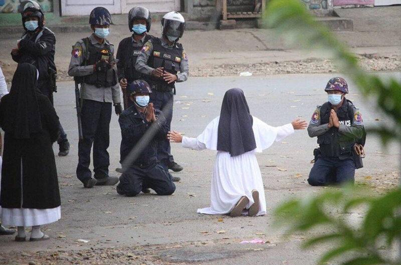 Монахиня из Мьянмы, которая встала на колени перед военными, назвала это действием Святого Духа